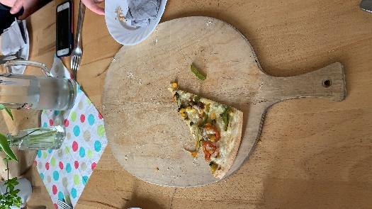 Ein Bild, das Tisch, Essen, sitzend, Scheibe enthält. Automatisch generierte Beschreibung